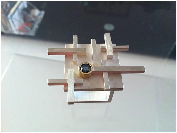 Diamants éternels posés sur un objet symbolique