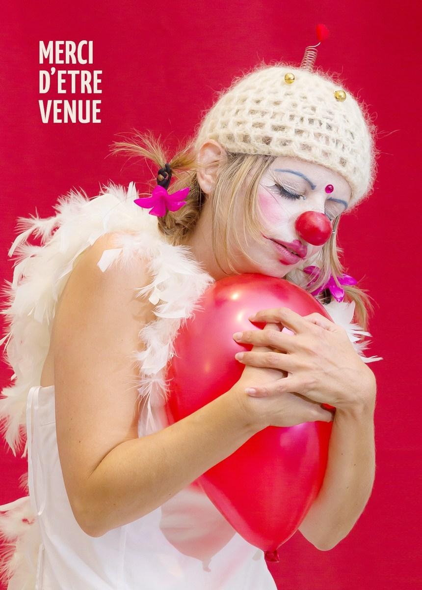 Anabelle lors d'un spectacle avec des ballons rouges